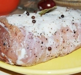 Приготавливаем смесь из измельченного лаврового листа, молотого черного перца, соли, тимьяна и пропущенного через пресс чеснока. Все хорошо перемешиваем, натираем смесью мясо, заворачиваем его в пищевую пленку и укладываем в холодильник на ночь.