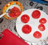 Таким образом последовательно опустошаем 3 помидорки, извлеченный сок и семечки отставляем, они нам не понадобятся.