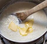 Добавьте оставшееся горячее молоко и сливочное масло. Перемешайте.   Дальше есть несколько вариантов приготовления.   а) накрыть крышкой и поставить в духовку (180 градусов) на 7 минут.  б) готовить на пару также 7 минут  в) завернуть в одеяло на 10 минут.   Каша готова. Приятного аппетита!