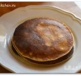 Готовые блины складываем на тарелочку, по желанию можно смазать их сливочным маслом.