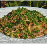 Обжаренные овощи и измельченную петрушку добавляем к гречке, все перемешиваем и подаем к столу! Приятного аппетита!    Cсылка на оригинальный рецепт:  hellokitchen.ru/2419/grechnevaya-kasha-s-gribami/