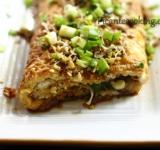 Переложите готовый омлет на тарелку и посыпьте кунжутом и зеленым луком. Подавать такой омлет можно с соевым соусом. Приятного аппетита!    Ссылка на оригинальный рецепт  www.picantecooking.com/recipe/omlet-v-aziatskom-stile